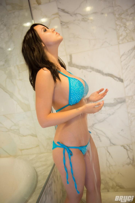 Bryci в голубом купальнике принимает душ. Фото 10