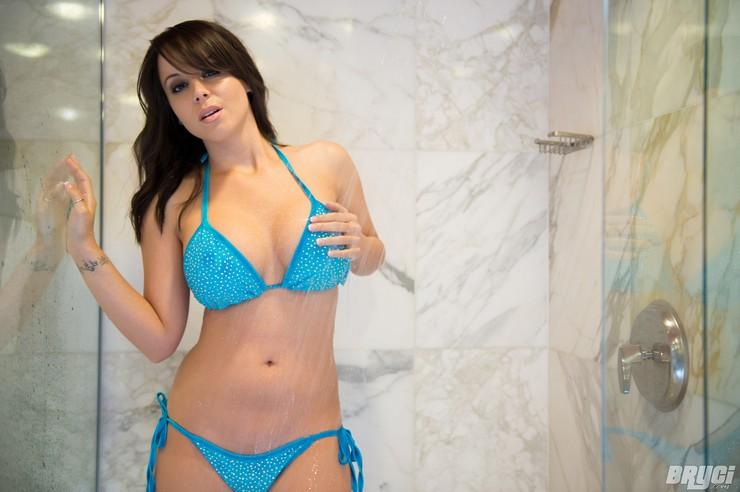 Bryci в голубом купальнике принимает душ. Фото 14