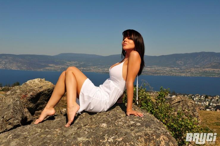 Bryci в белом платье позирует на огромном валуне. Фото 3