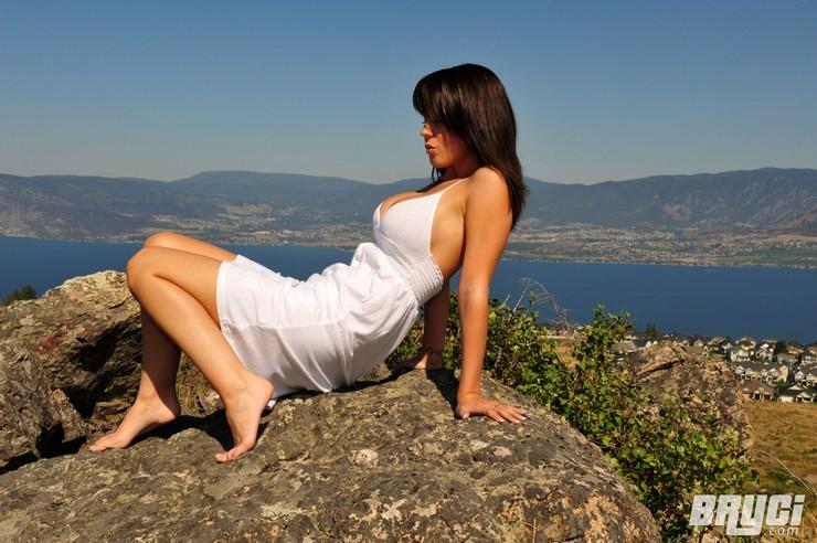 Bryci в белом платье позирует на огромном валуне. Фото 5