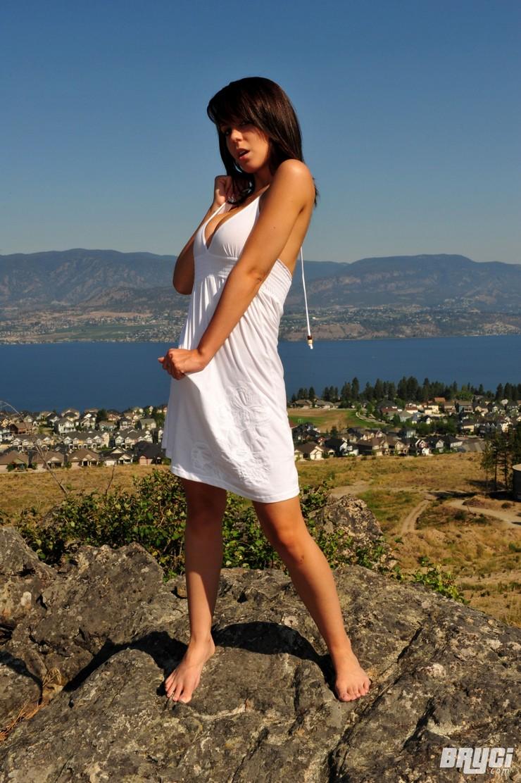 Bryci в белом платье позирует на огромном валуне. Фото 8