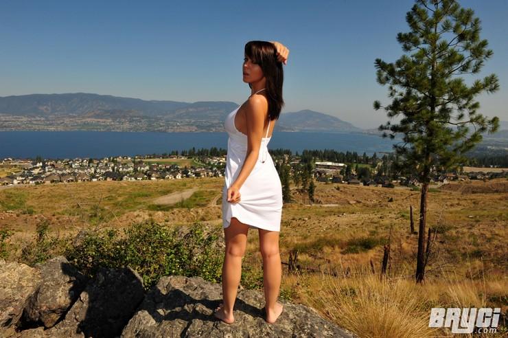 Bryci в белом платье позирует на огромном валуне. Фото 9