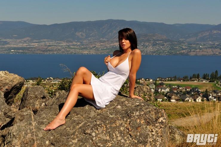 Bryci в белом платье позирует на огромном валуне. Фото 12