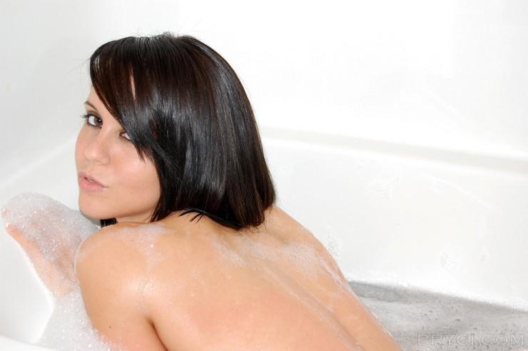 Брайси в мыльной пене принимает ванну. Фото 3