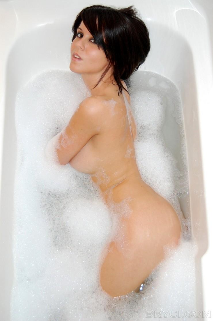 Брайси в мыльной пене принимает ванну. Фото 4