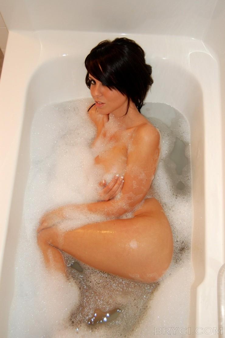 Брайси в мыльной пене принимает ванну. Фото 8