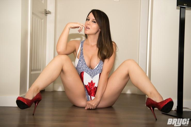 Канадская красотка позирует в топике. Фото 15