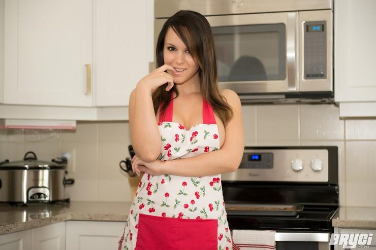 Брайси хозяйничает на кухне. Фото 3
